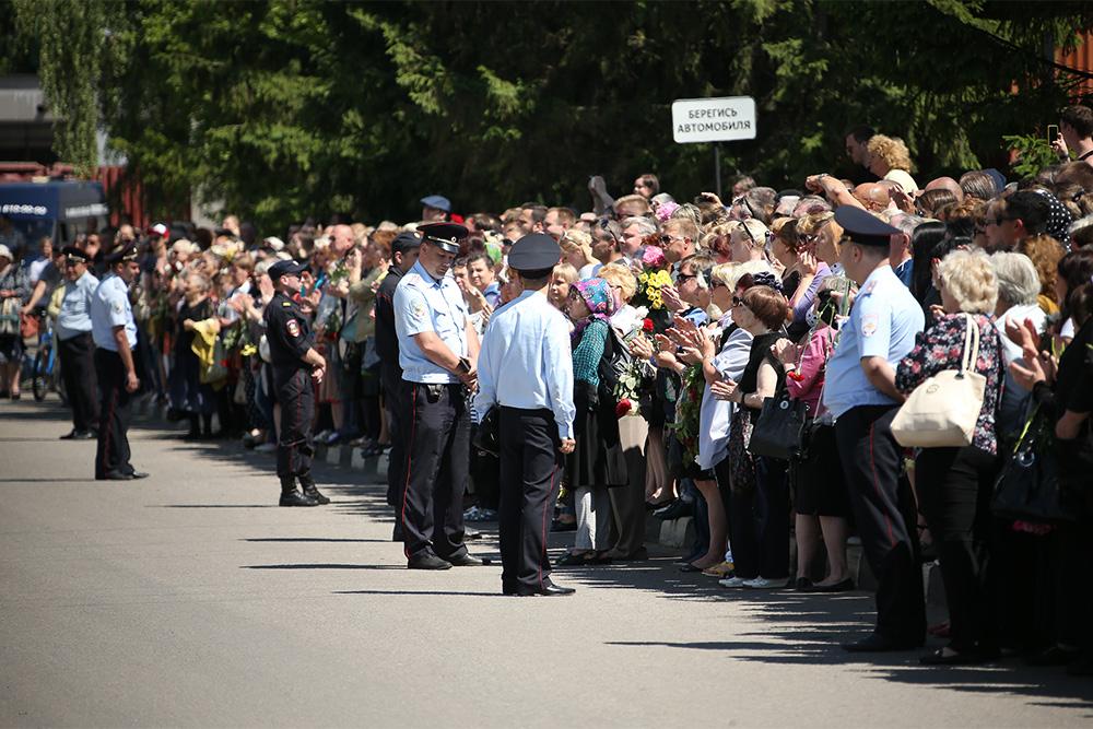 Рисунок 2. В момент выноса гроба Жанны тысячи людей проводили её последними аплодисментами