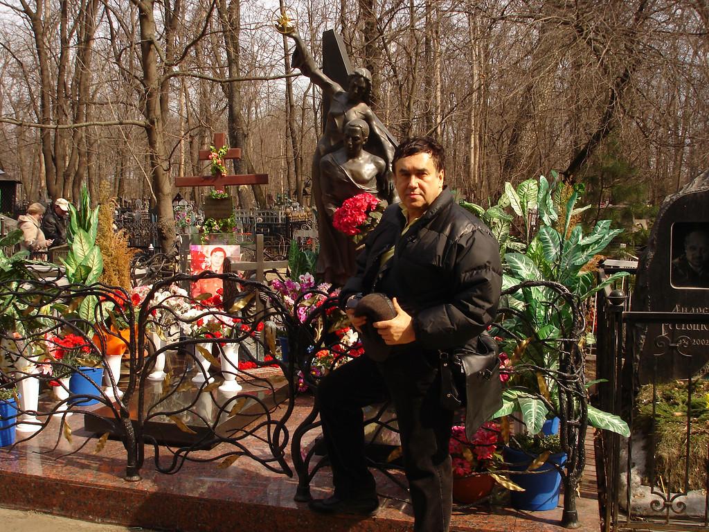 Рисунок 1. Стас Садальский пришел навестить могилу Джуны