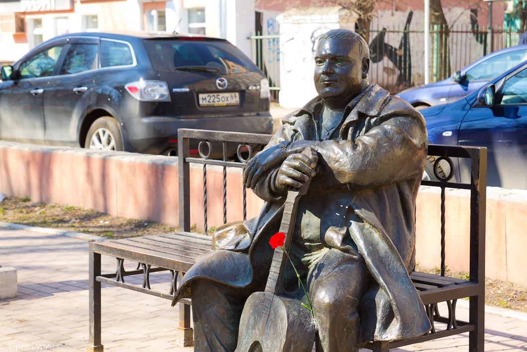 Рисунок 4. Скульптор специально оставил место на лавочке для того чтобы можно было присесть рядом