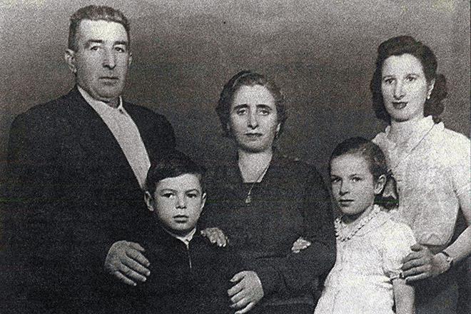 Рисунок 2. С родителями и сестрой.