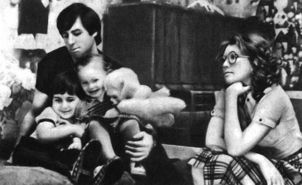 Рисунок 1. С детьми и женой