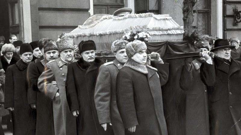 Рисунок 3. Саркофаг с Генералиссимусом выносят из Дома Союзов