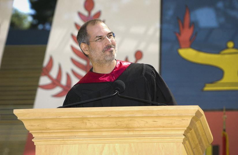 Рис. 1. Стив Джобс в Стэнфорде произносит речь перед выпускниками