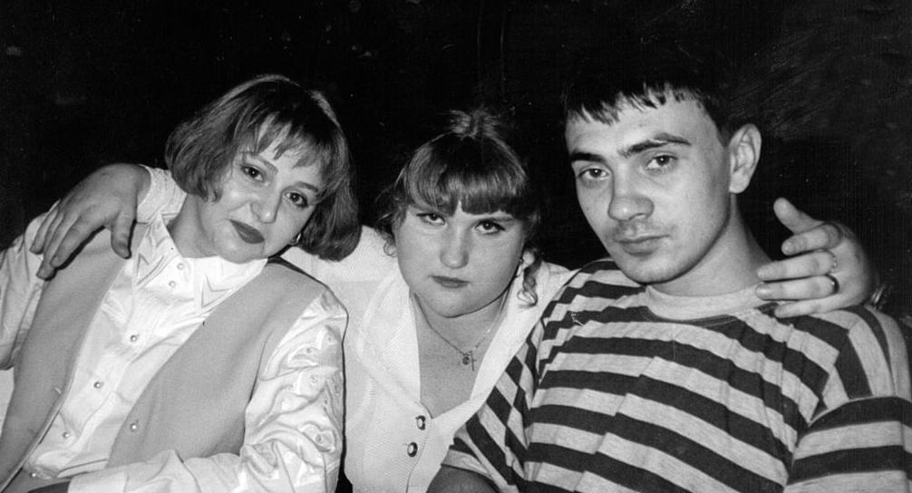 Рисунок 1. Барабаш со своей девушкой Ольгой (слева) и неизвестной (в центре).