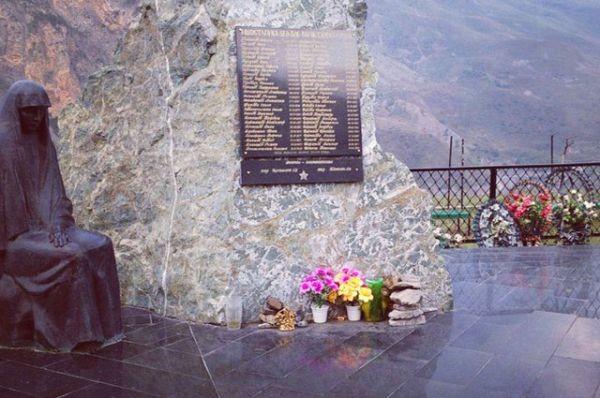 Рисунок 1. Памятная плита с фамилиями пропавших людей