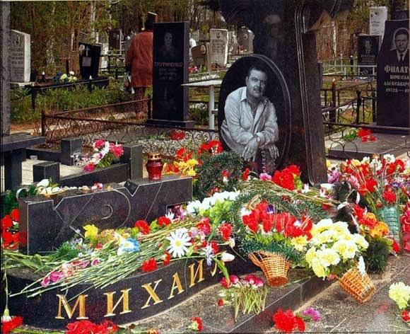 Рисунок 2. На могиле в любое время года живые цветы, молчаливое признание поклонников