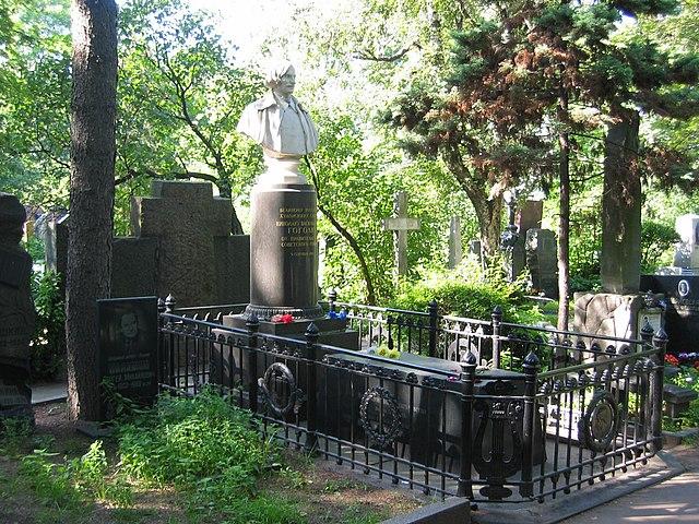 Рисунок 2. Могила Гоголя на Новодевичьем кладбище