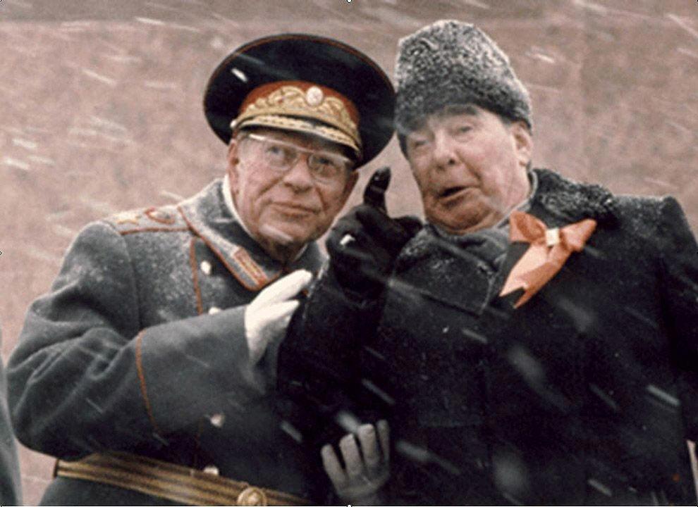 Рисунок 2. На трибуне с Устиновым при встрече Парада 7 ноября 1982 г.