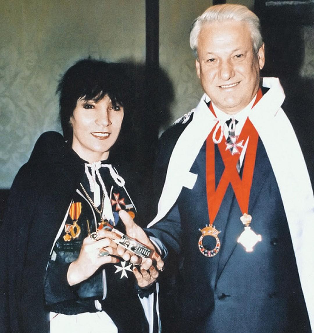 Рисунок 3. Борис Ельцин награждает целительницу орденом Дружбы народов