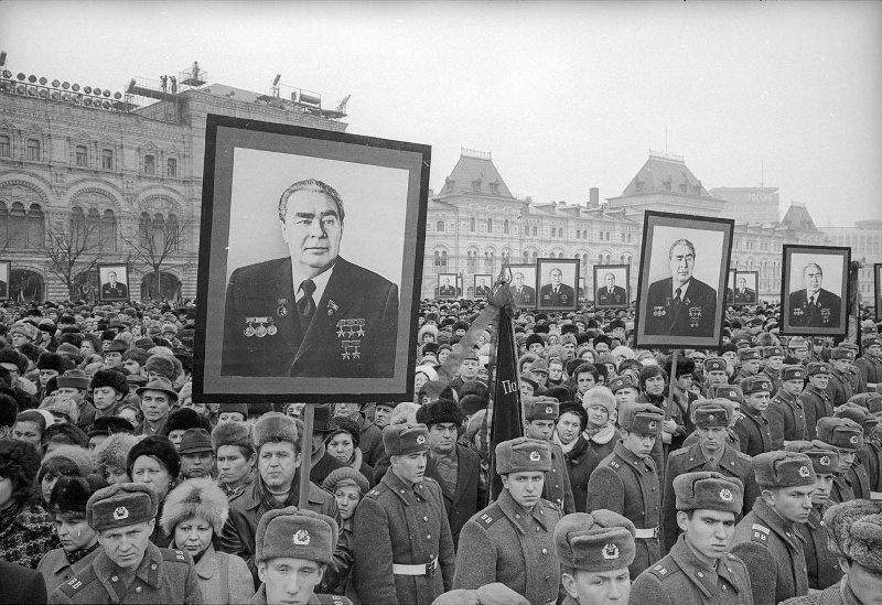 Рисунок 4. Проститься с Брежневым пришли десятки тысяч простых людей