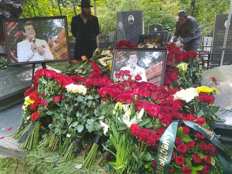 Рисунок 4. Похоронен рядом с могилой матери