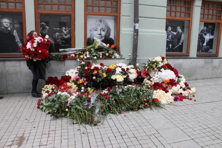 Рисунок 2. Цветы возле здания театра