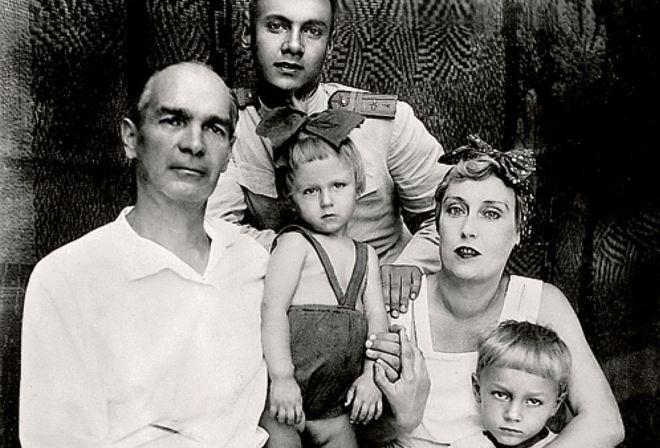 Рисунок 1. С семьей. Олег Иванович в центре с бантом на голове.