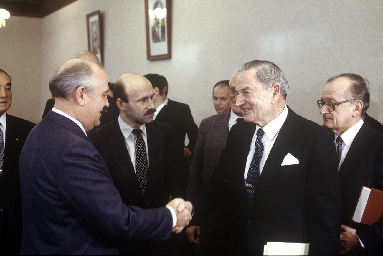 Рис. 2: Фото с М. Горбачевым