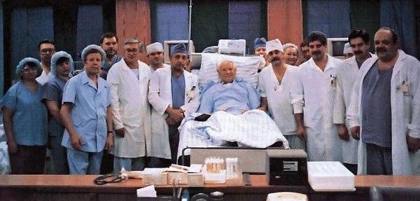 Рис.2 Борис Николаевич с врачами кардиологами после операции 1996 год.