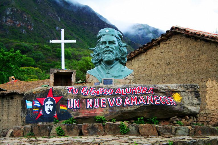 Монумент Че в селении Ла Игера в Боливии