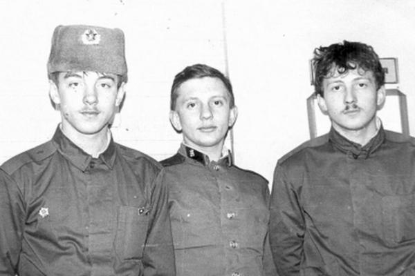 Рисунок 4. Фомкин в армии (в центре)