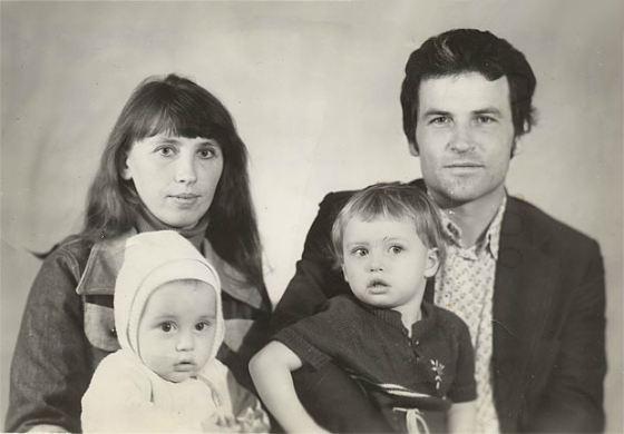 Рисунок 2. С семьей.