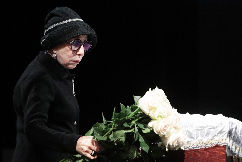 Рисунок 1. Во время церемонии прощания в театре.