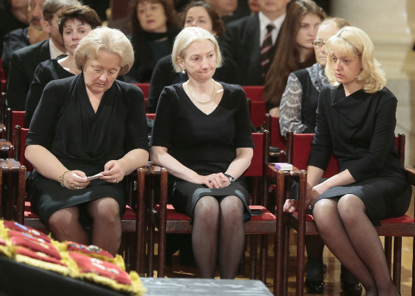 Рисунок 1. Семья Примакова во время церемонии прощания.