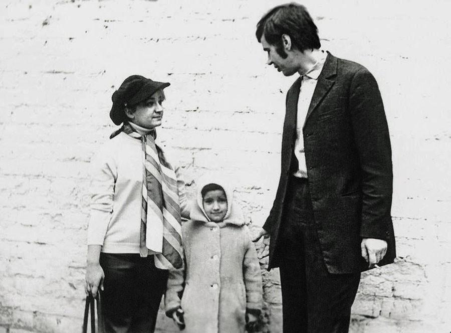 Рисунок 5. Бурков с женой и дочкой
