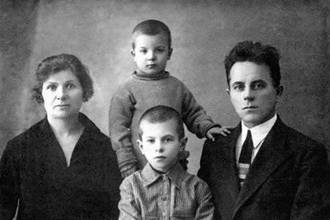 Рисунок 1. Семья Ж. Алфёрова. Старший брат Маркс погиб в 1944 г.