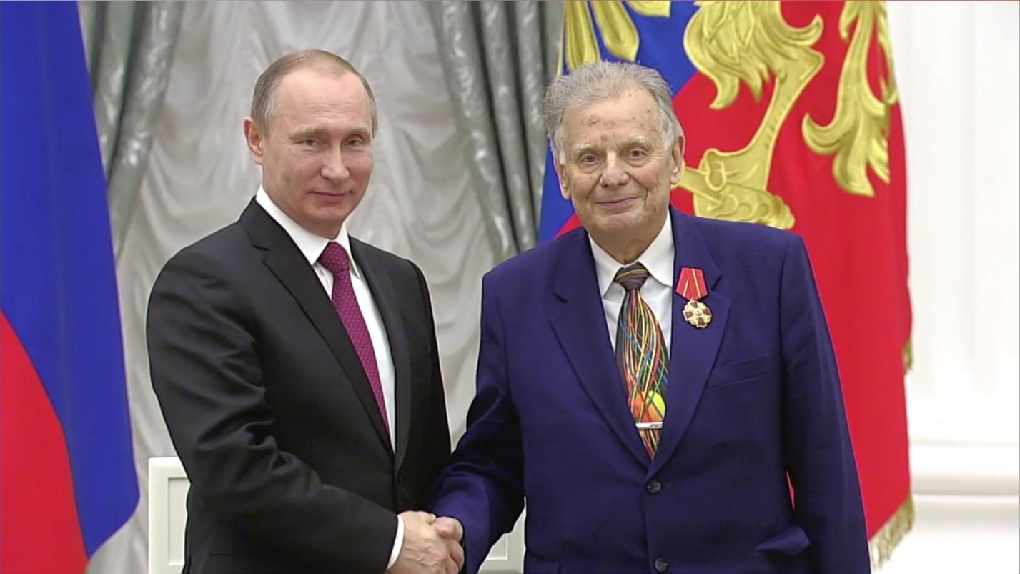 Рисунок 3. Президент вручает Орден «За заслуги перед Отечеством»