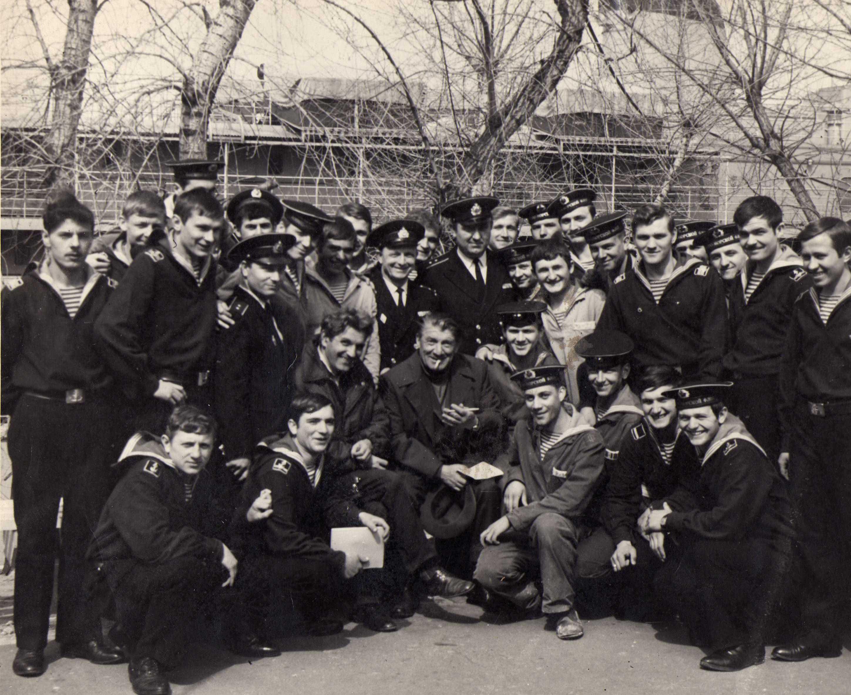 Рисунок 2. В окружении выпускников морского училища