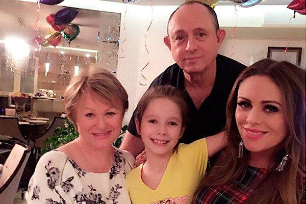 Рис. 2. Юлия с родителями и дочкой Верой