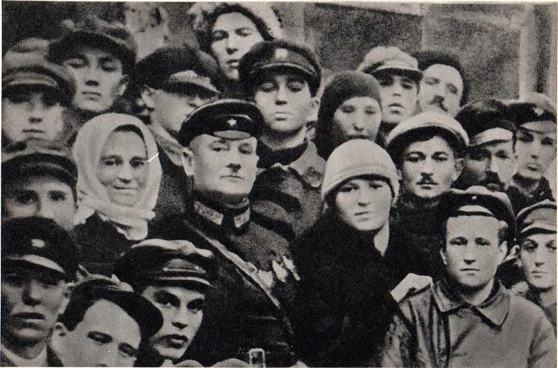 Рис.3 Котовский с супругой Ольгой Петровной в окружении рабочих города Бирзула