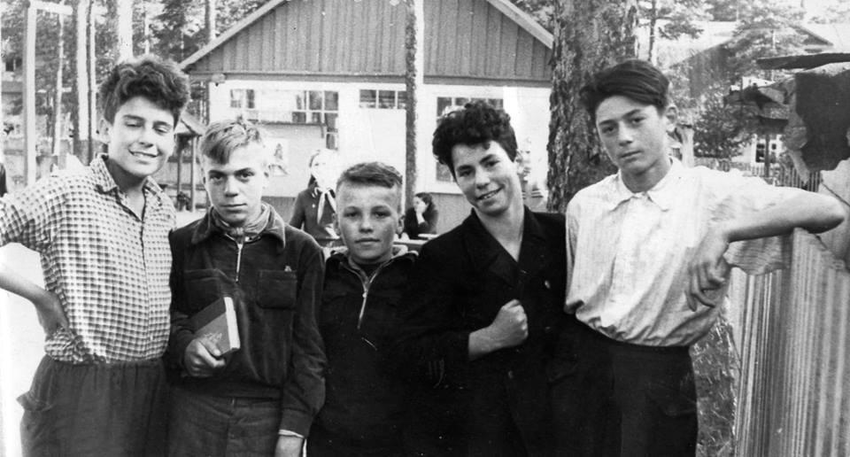 Рис. 2. Сергей Довлатов (крайний слева) и друзья