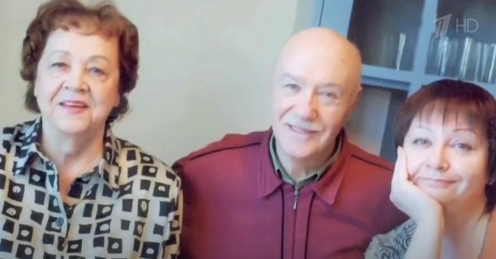 Леонид с женой и дочкой