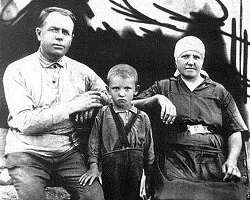 Вот так выглядел последний генсек СССР в детстве.