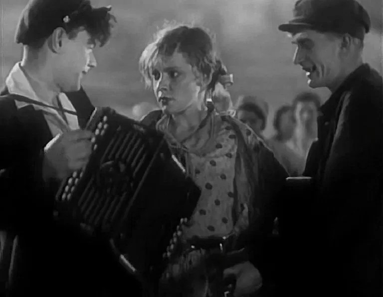 Кадр из фильма «Гармонь»