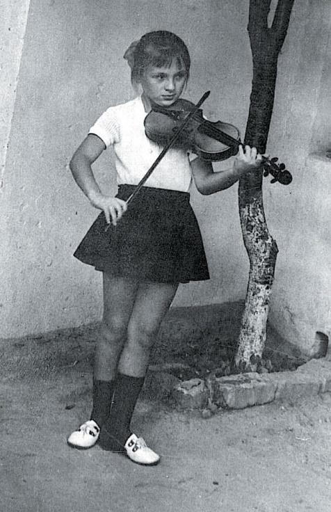 Очень юная Валя играет на скрипке